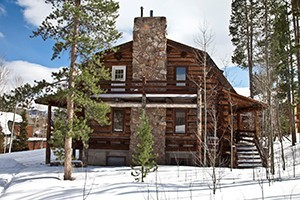 Summit Peaks Lodge :: 4 finely appointed log lodges accommodate large groups from 44 to 112ppl. Set in the trees, with a large hot tub & wraparound deck. Close to skiing, Lake Dillon & shopping.