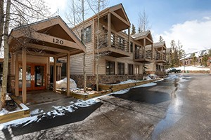 Wildwood Suites Condominiums :: Affordable, high-quality one-and-two bedroom condos near the lifts and town of Breckenridge! Streamside, ski-in, and pet friendly, too!